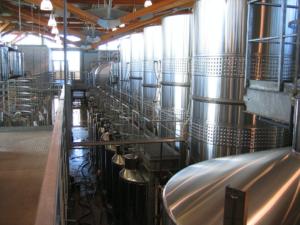 Depósitos de inox en la sala de fermentación.