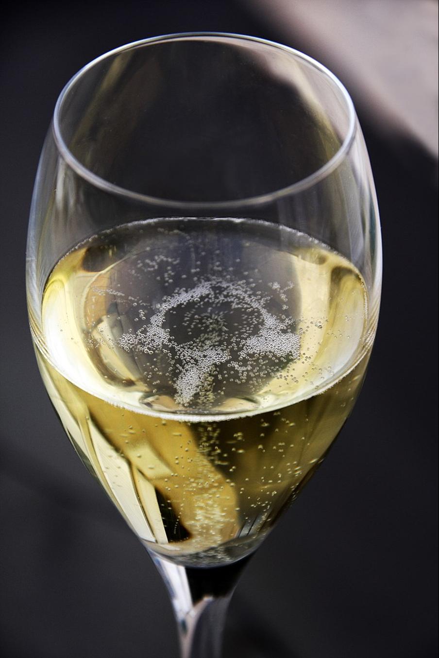 champagne en una copa de vino
